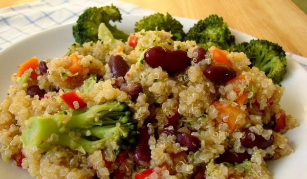 komosa ryżowa z brokułami i czerwoną fasolką