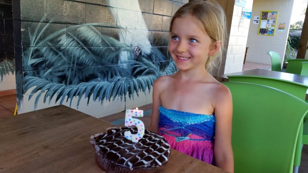 W ostatnich dniach pobytu Hania obchodziła swoje piąte urodziny. Był i tort, całkowicie niezdrowy! :)