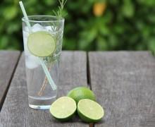 Jak przekonać dziecko do picia wody zamiast słodzonych napojów?
