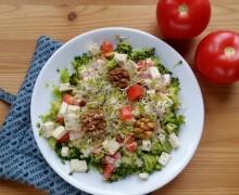 Sałatka z brokuła i czosnkowy sos z tahini