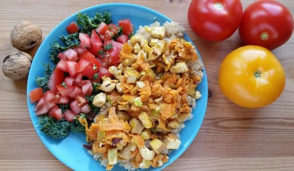 Komosa ryżowa ze smażonym tofu i wstążkami marchewki