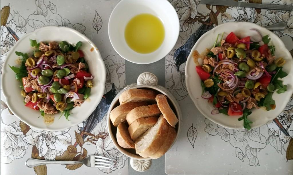 Sałatka z rukolą, pomidorami, bobem, czerwoną cebulą, tuńczykiem i oliwkami z sosem musztardowo-miodowym + chleb orkiszowy z własnego wypieku