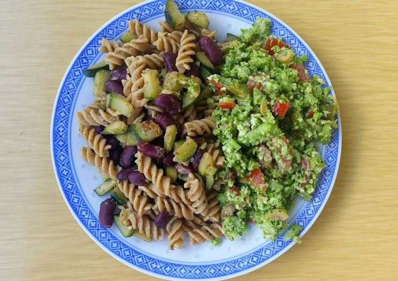 sałatka z selerem naciowym i brokułem